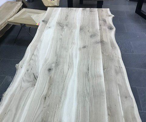 Een boomstamtafel van groenen tafels